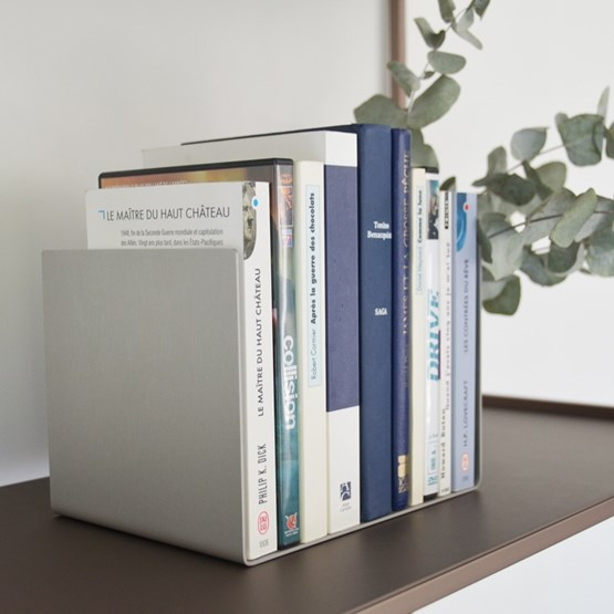 Serre-livres Regula - Finition Gris Neutral - Design : L'Alufacture