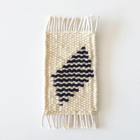 Micro tapis mural en laine - blanc et bleu marine - Design : Garug