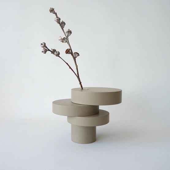 Vase-sculpture BONSAI EQUILIBRE - médium laqué taupe - Design : Beatrix Li-Chin Loos