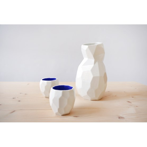 Ensemble de saké bouteille et verres POLIGON - bleu - Design : Studio Lorier