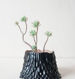 Pot volcan éruptif - noir d'encre au cœur rose brut