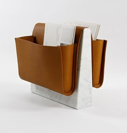 Porte revue en cuir SADDLE MAGAZINE RACK - marbre  + cuir tanné