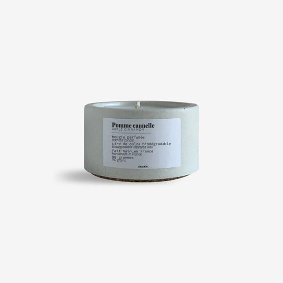 Bougie parfumée en béton - Pomme cannelle - Design : AKARA.