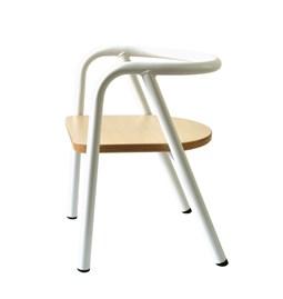 La chaise en métal blanc
