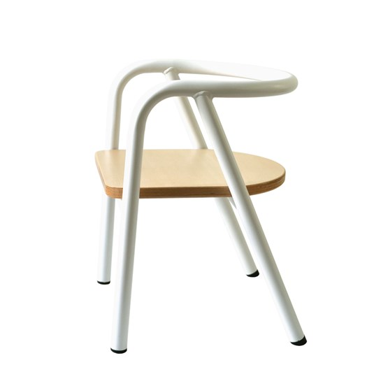 La chaise en métal blanc - Design : Mum & Dad Factory
