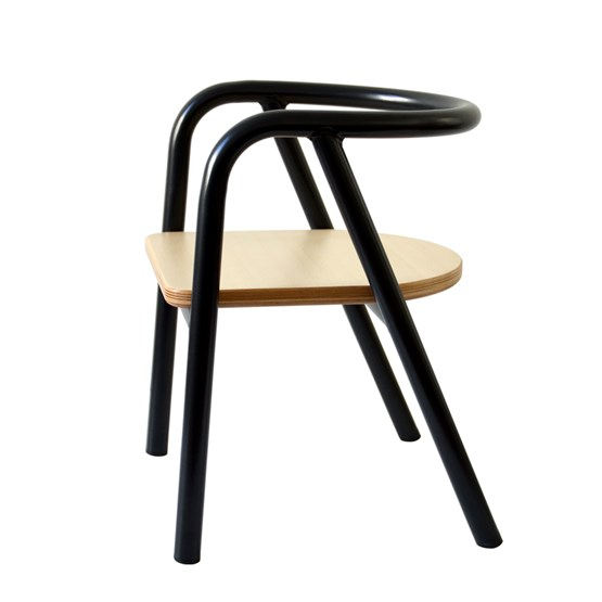 La chaise en métal noir - Design : Mum & Dad Factory