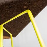 Tabouret/Table TRÊS-  liège foncé et piètement jaune  4