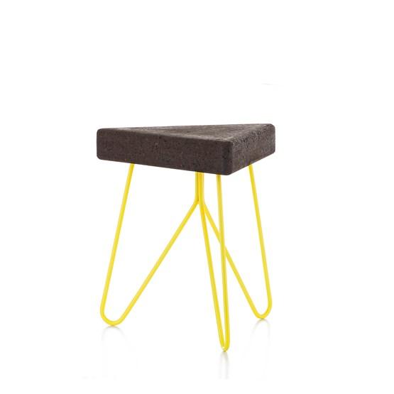 Tabouret/Table TRÊS-  liège foncé et piètement jaune  - Design : Galula Studio